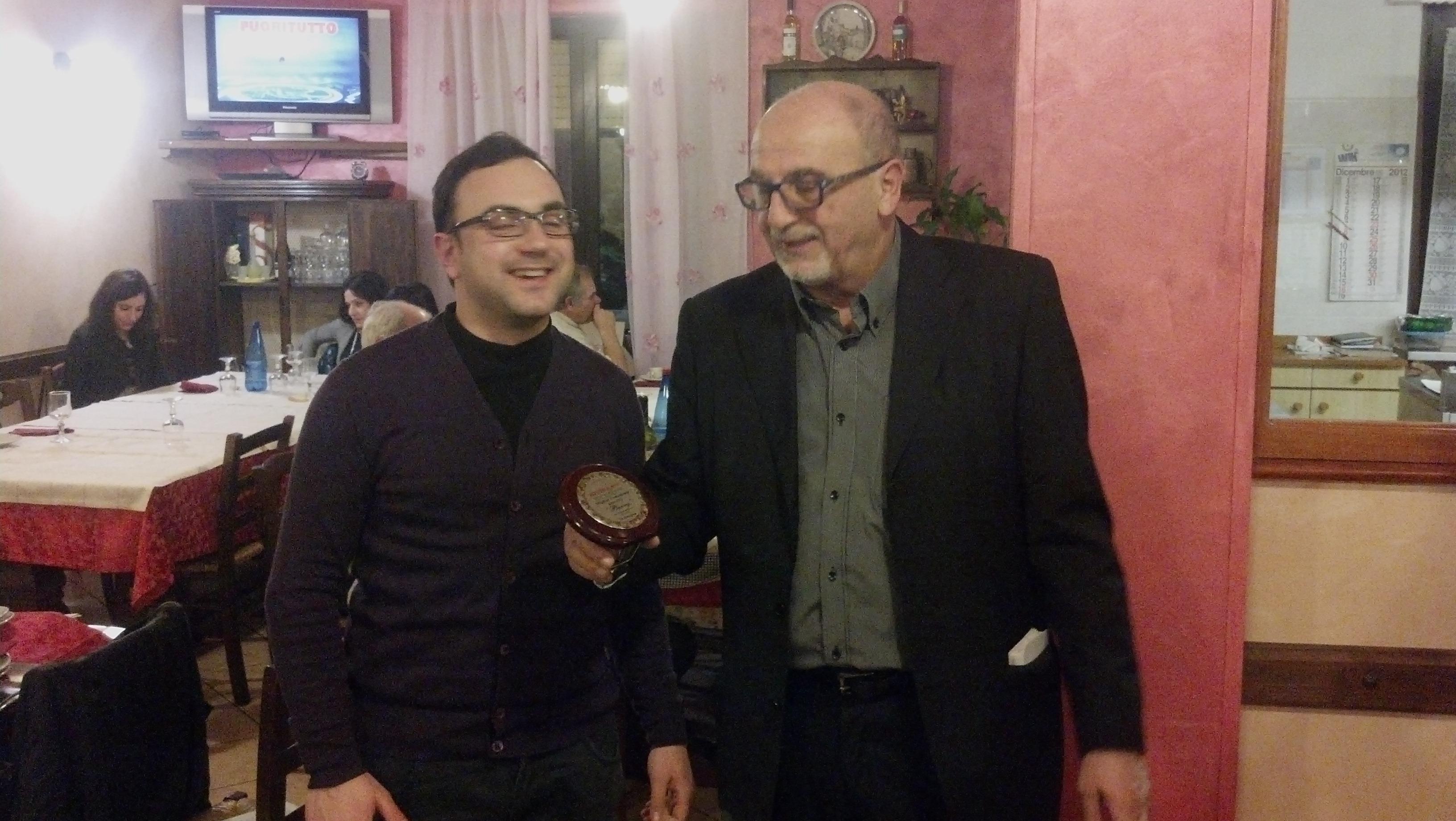Cena di fine anno per i lettori e la redazione di Riviera Oggi da Nonna Peppa, Nazzareno Perotti premia Berry