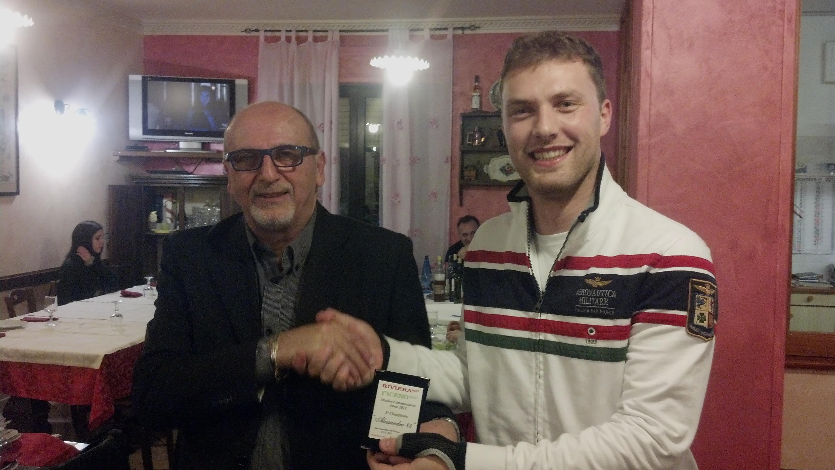 Cena di fine anno per i lettori e la redazione di Riviera Oggi da Nonna Peppa, Nazzareno Perotti premia Alessandro Palestini
