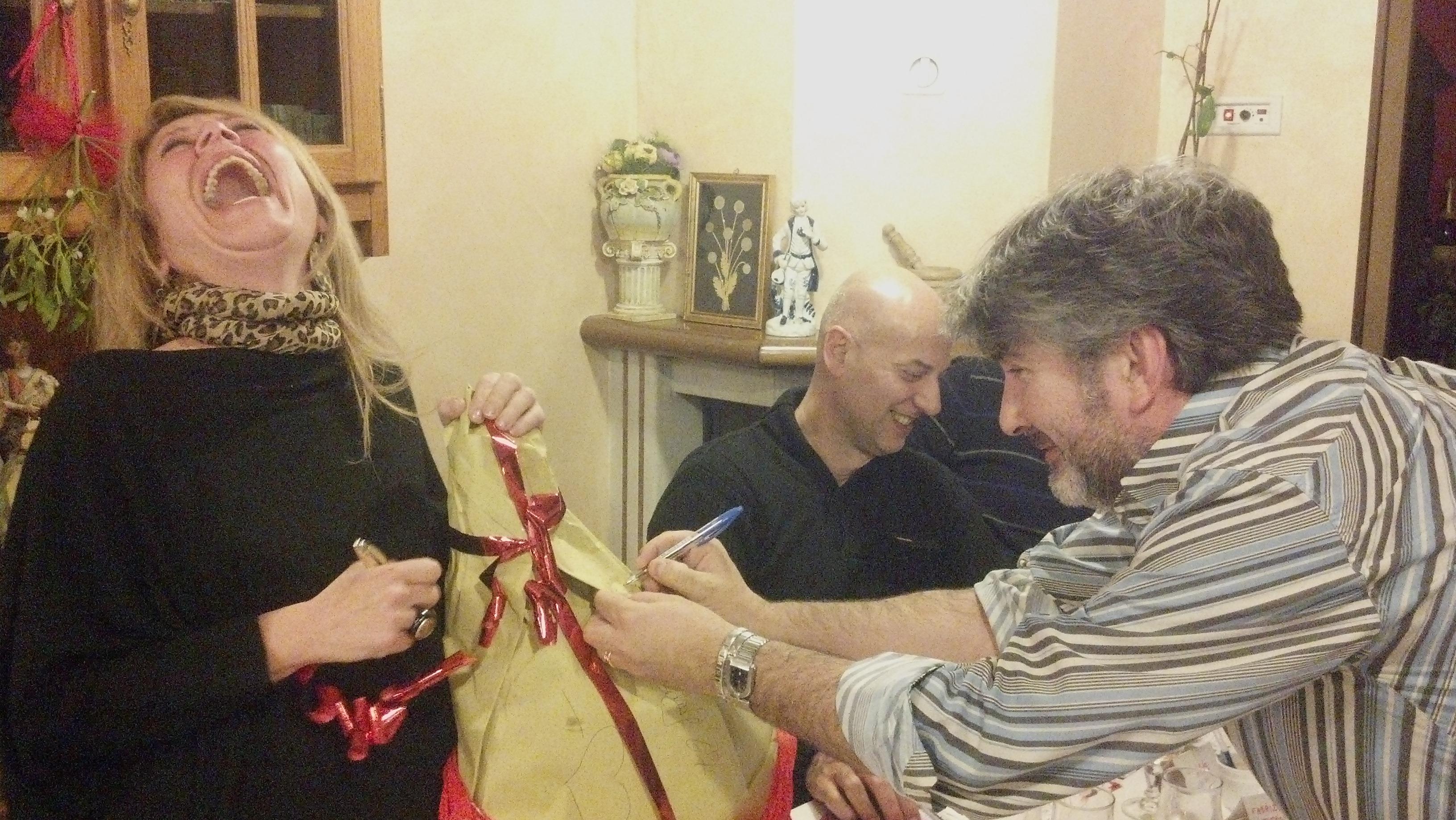 Tony Alfonsi e Sabrina Cava firmano il prosciutto della tombola di Riviera Oggi, sullo sfondo se la ride Giorgio Fede