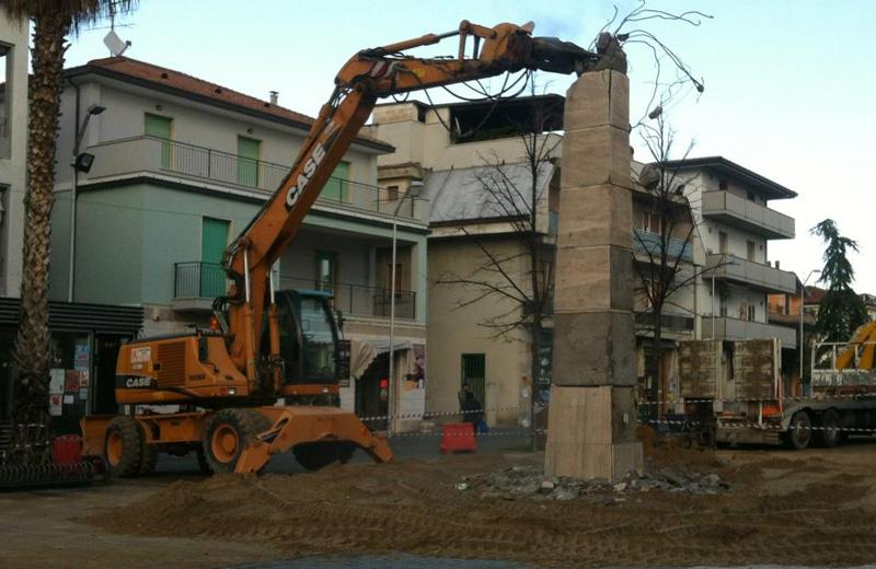 La demolizione dell'obelisco in piazza Cavour (foto Michele Giancaspro)