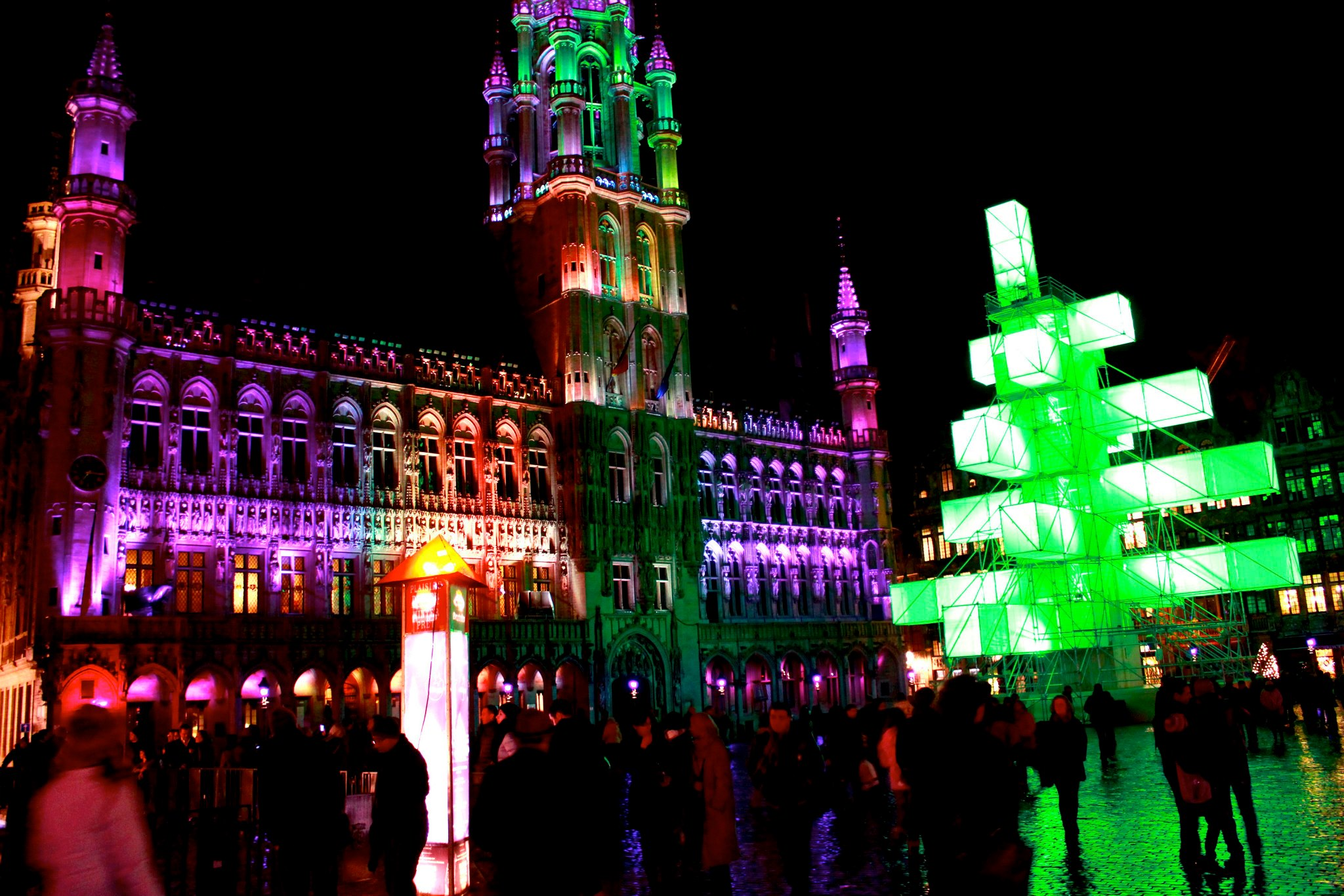 La Grand Place di Bruxelles immersa nei colori di un Natale hi tech