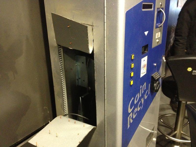 la macchina cambia soldi aperta con l'ausilio della fiamma ossidrica