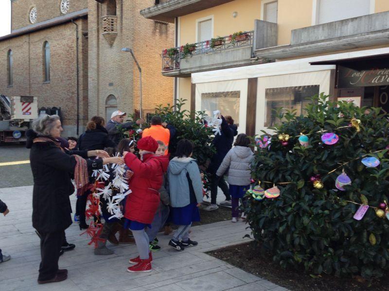 i piccoli delle scuole intenti a decorare piazza Cavour