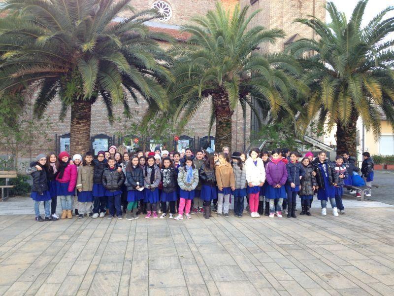 gli alunni delle scuole elementari in piazza Cavour a Martinsicuro