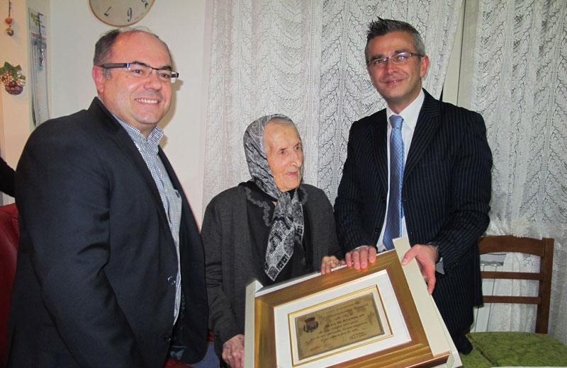 L'assessore al Sociale Giulio Eleuteri, Olga Di Stanislao e il sindaco Paolo Camaioni
