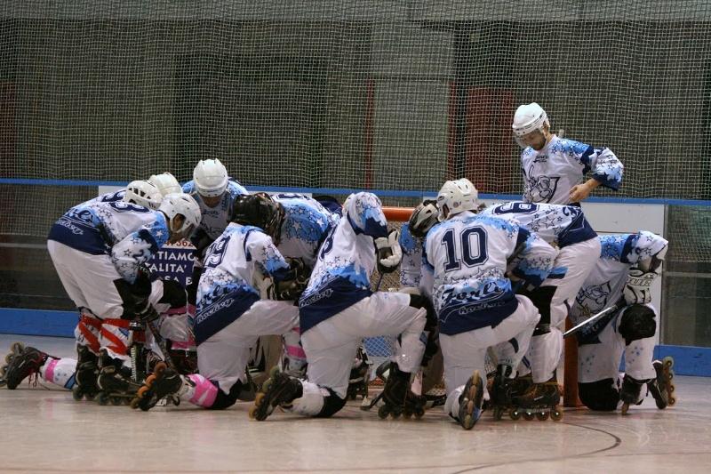 Il beneaugurante urlo pre-partita del Linertas Forlì ( fonte www.hockeyforlì.it )
