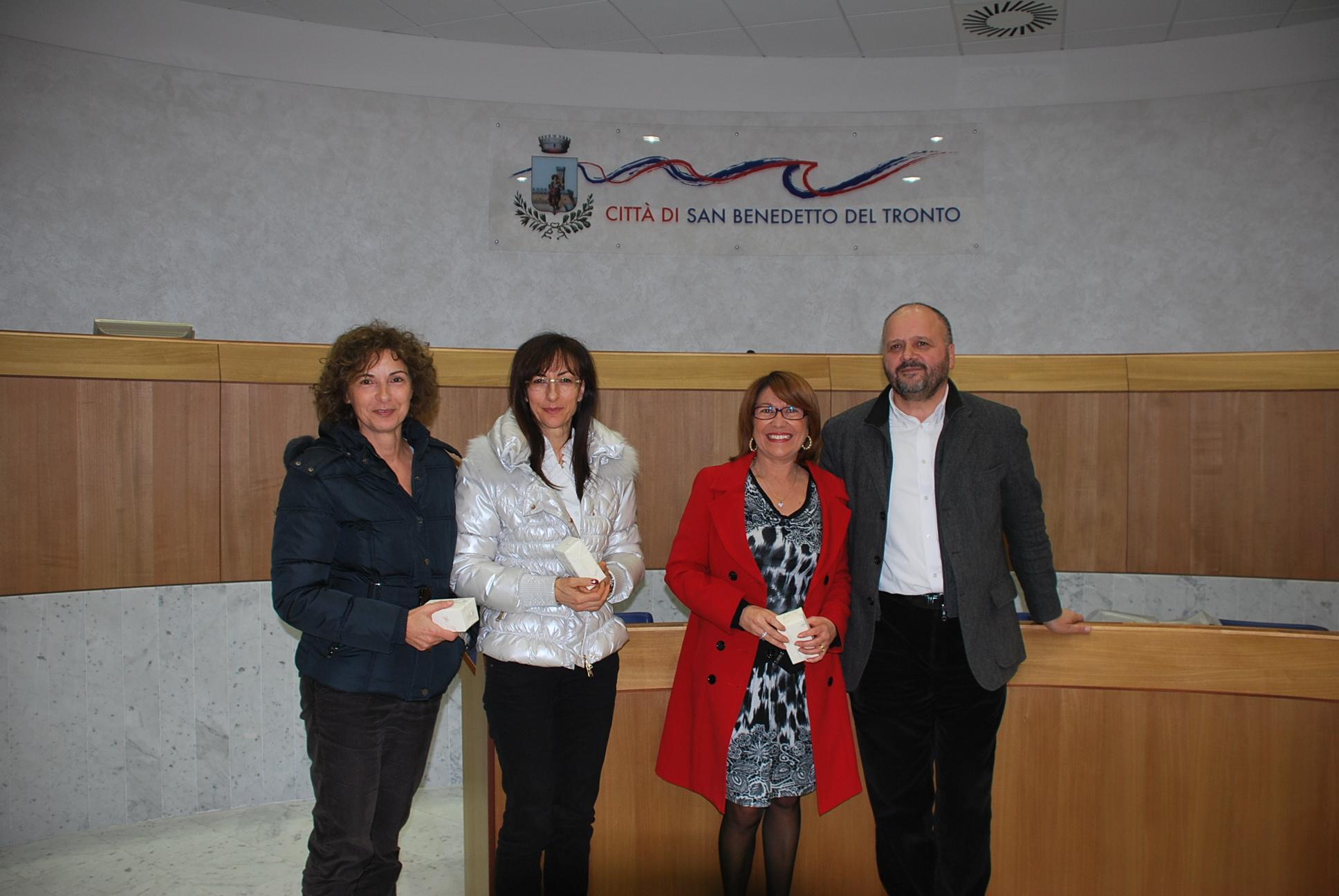 Il sindaco Gaspari durante la premiazione di alcuni dipendenti
