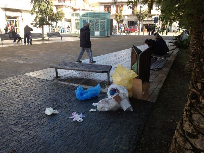 L'immondizia lasciata in piazza Cavour domenica mattina dopo i mercatini del sabato (Foto Silvestrone)