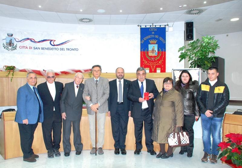 Foto di gruppo a termine della consegna del premio Truentum 2012, andato all'imprenditore Vincenzo Mora