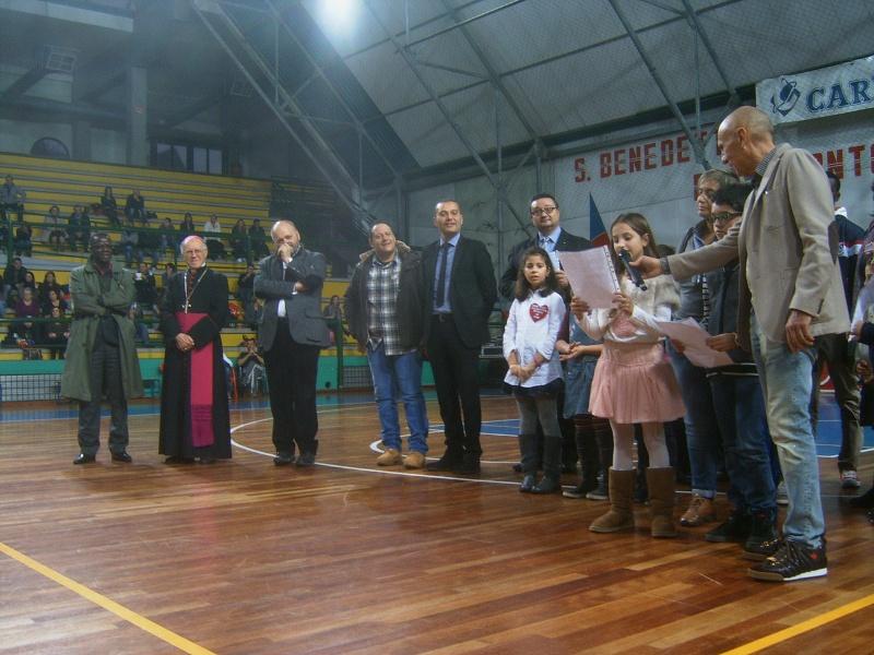 xx festa dello sport - La lettura delle dediche dei bambini di San Benedetto ai loro coetanei africani (progetto Deni)