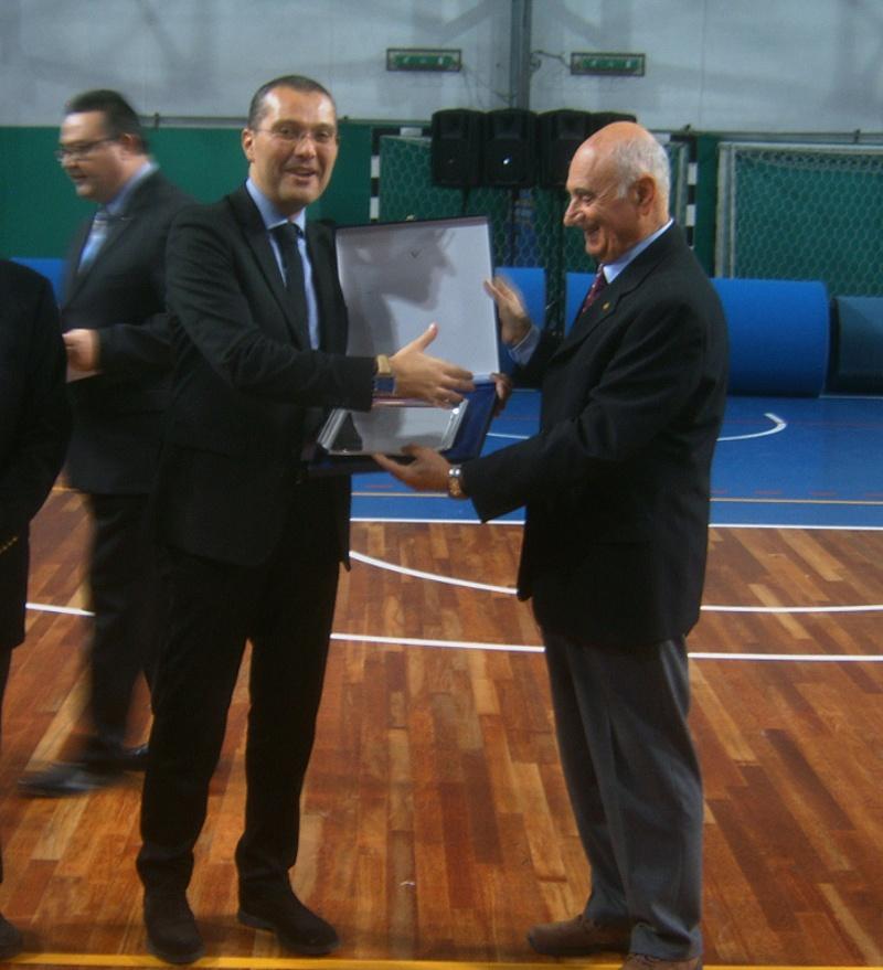 xx festa dello sport - L'assessore Curzi ritira il premio del Coni (assegnato al comune di SBT) dalle mani del presidente provinciale Aldo Sabatucci