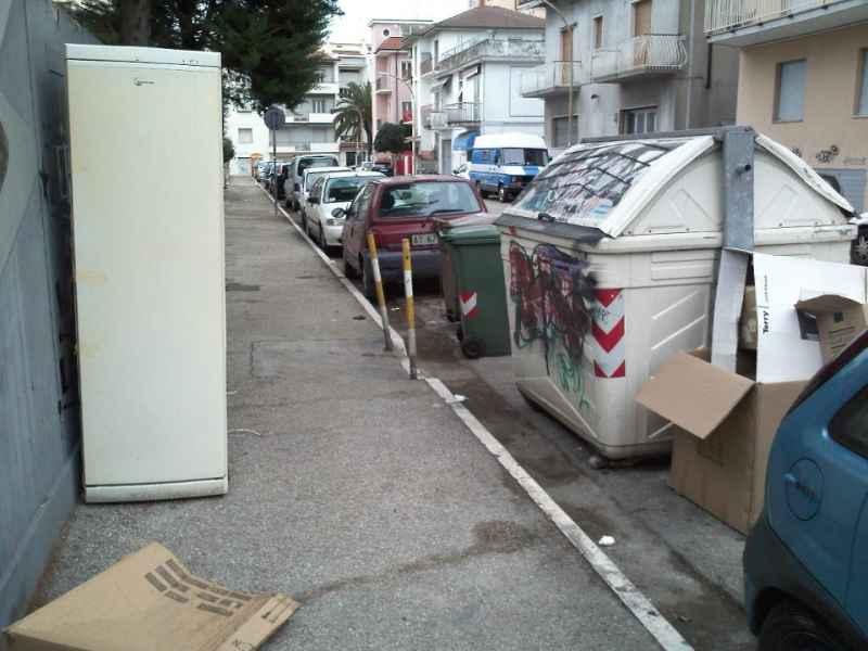 Immondizia in via Luciani e via Voltattorni