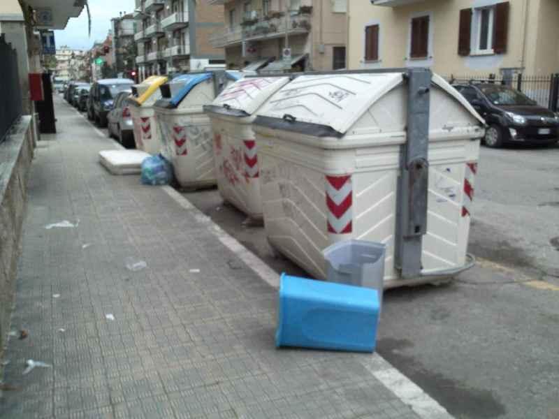Immondizia in via Luciani e via Voltattorni 3