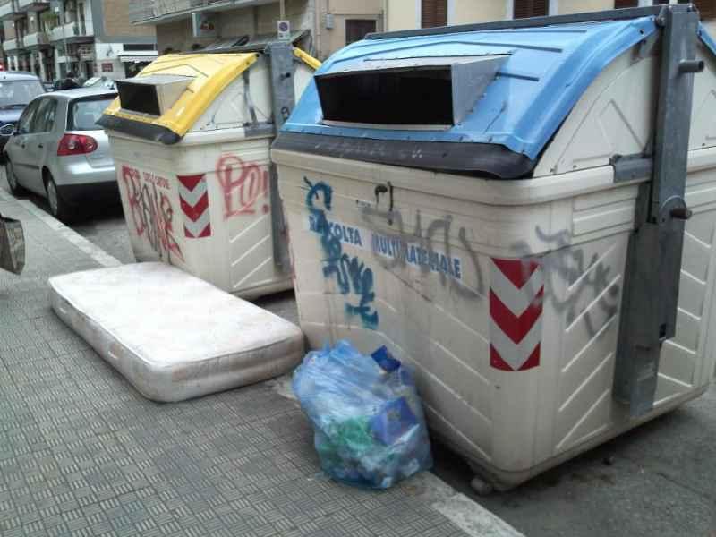 Immondizia in via Luciani e via Voltattorni 5