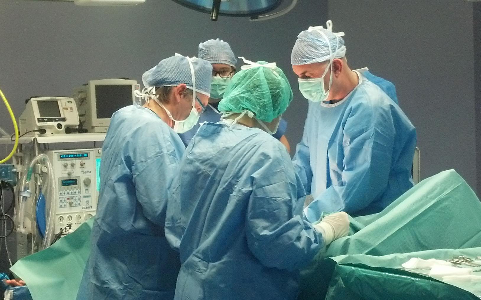 Equipe di chirurghi al lavoro al Centro Benessere e Salute