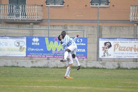 Gaibo Mouele festeggiato da un compagno di squadra al momento del gol