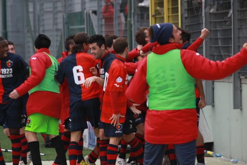Amiternina-Samb, festeggiamenti secondo gol Samb (foto Bianchini)
