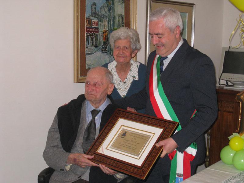 Giuseppe Di Saverio con la moglie e il sindaco Leandro Pollastrelli