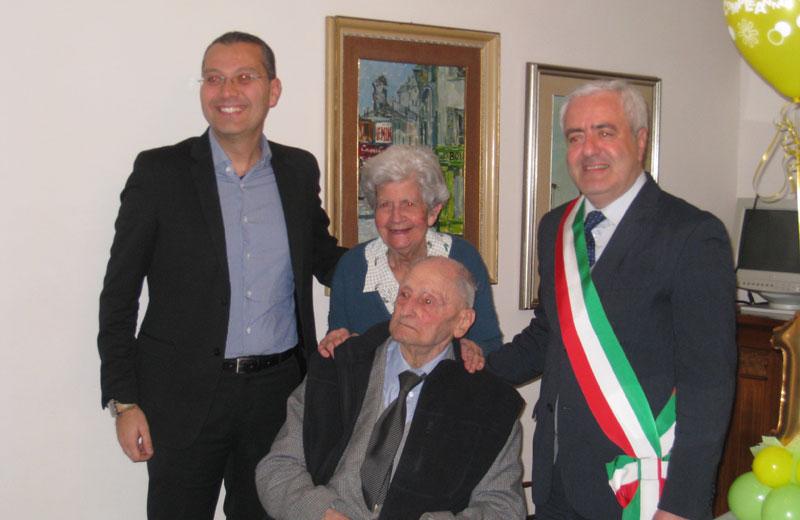 Giuseppe Di Saverio con la moglie, l'assessore Curzi e il sindaco Pollastrelli