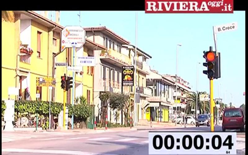 Il semaforo tra la Salaria e via Benedetto Croce e il cronometro che segna 4,84 secondi di giallo