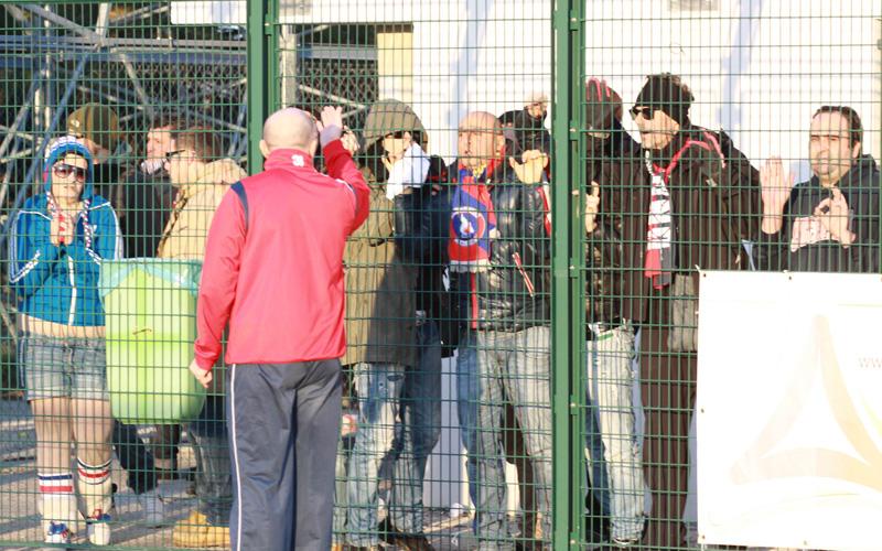 Palladini a colloquio con i tifosi a fine gara dopo la brutta sconfitta contro la Renato Curi (bianchini)