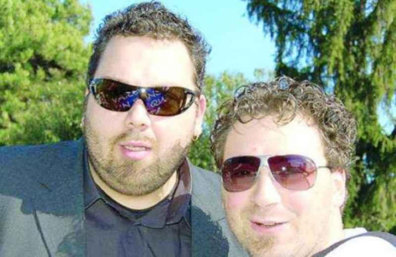 Saimon Cintio con un amico (fonte www.ilrestodelcarlino.it)