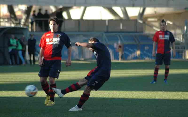 Scartozzi e Ianni osservano Napolano che calcia la punizione, sarà il gol del pareggio contro il San Nicolò (giammusso)