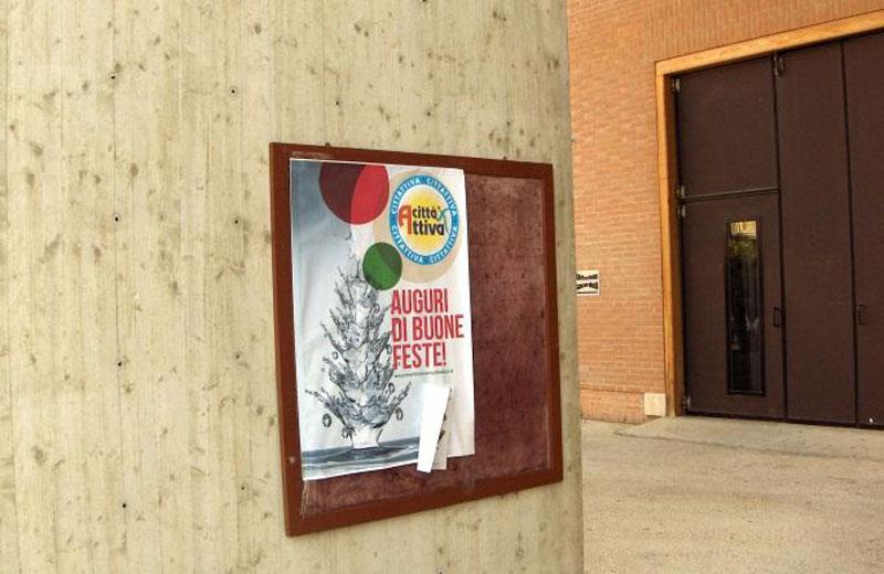 Il manifesto affisso nel porticato della chiesa di San Gabriele a Villa Rosa