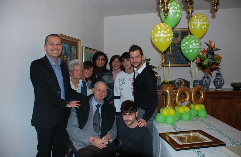 Giuseppe Di Saverio con la moglie, i nipoti e l'assessore Curzi