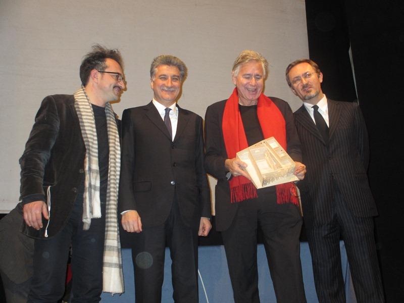 Tschumi, con sciarpa rossa, tra Merli e Marini Marini durante la presentazione di Anima, nel febbraio 2013