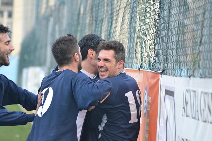 Capitan Ludovisi festeggiato dopo un gol con il Grottammare, foto d'archivio