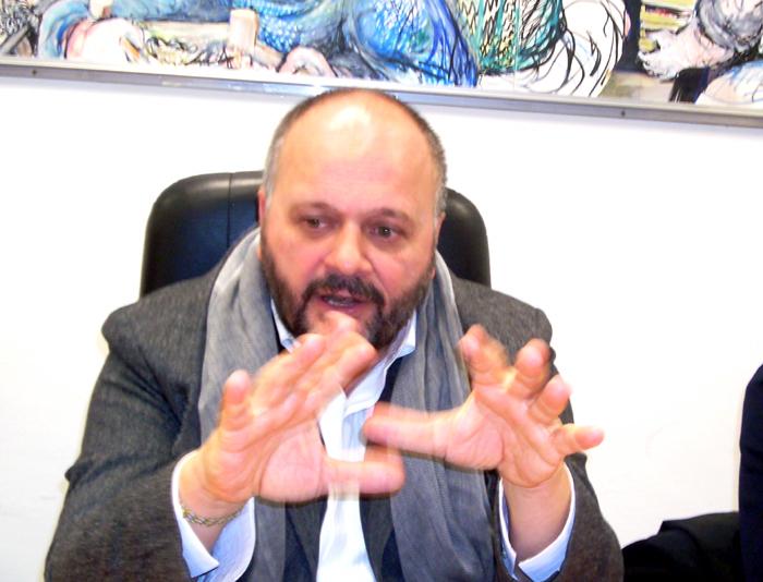 Giovanni Gaspari sembra chiedere ausilio ad una sfera magica per trovare la via giusta sulla questione del distributore di benzina in viale dello Sport