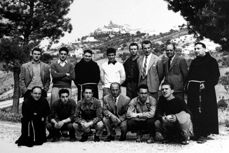 Antonio Traini (ultimo a destra tra gli accosciati) durante una visita a Monteprandone per ringraziare San Giacomo dopo una salvezza in serie C. Era il 1953