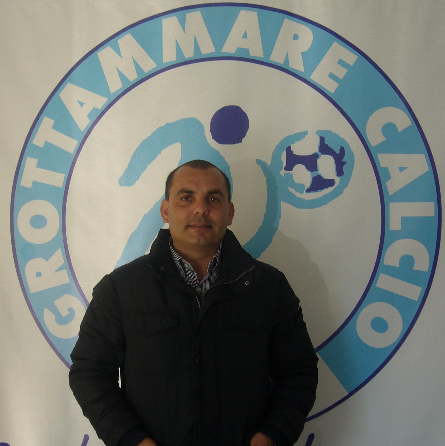 Luigi Furnari davanti al Logo del Grottammare calcio