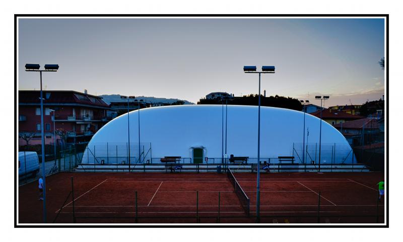 La copertura pressostatica di uno dei due campi da tennis del Circolo truentino (foto Simone Ceci)