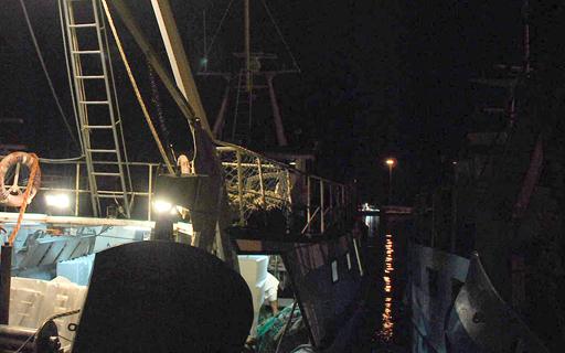 Peschereccio nella notta al porto di San Benedetto