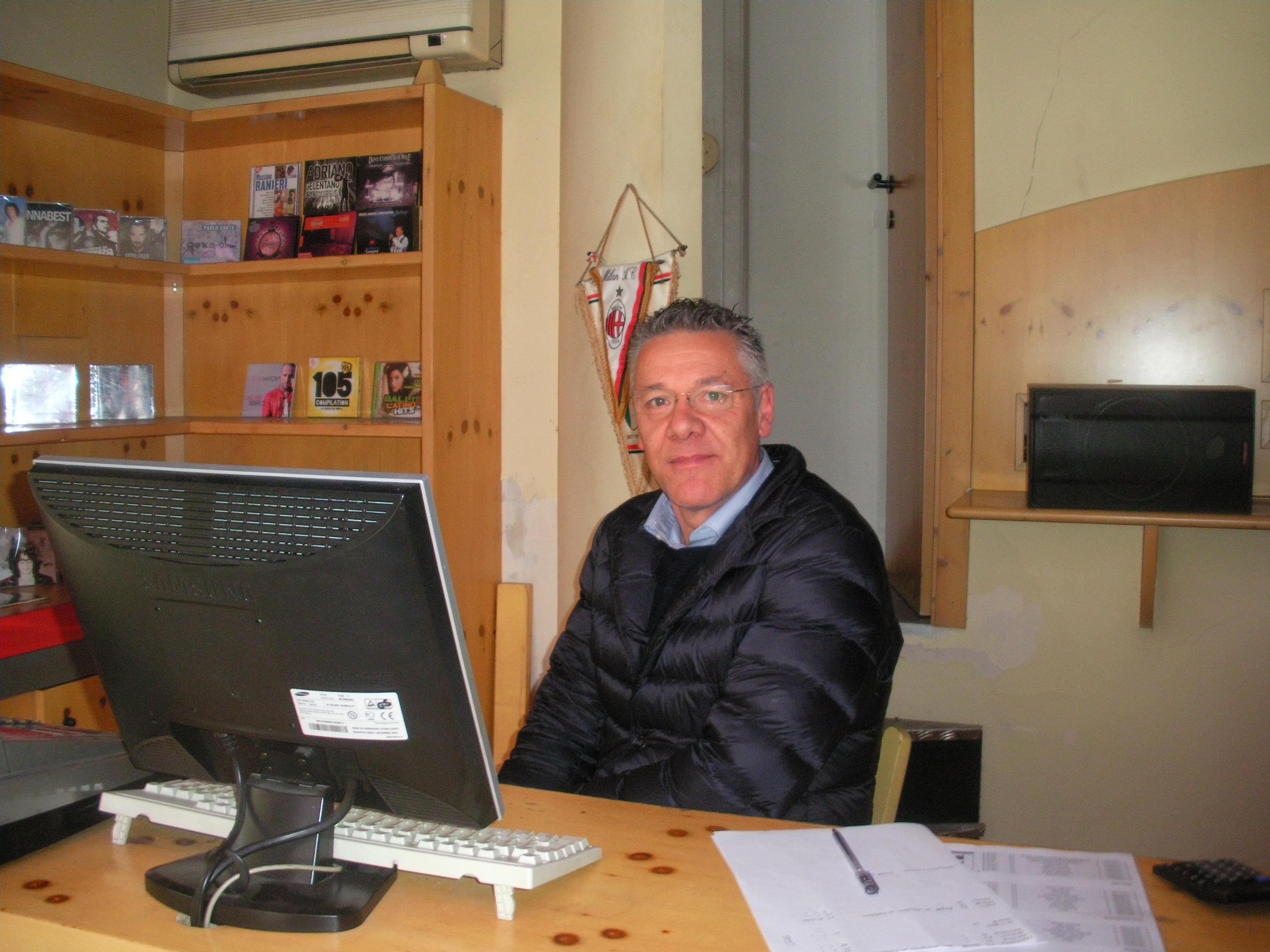 Il titolare Mauro Petrini all'interno del negozio