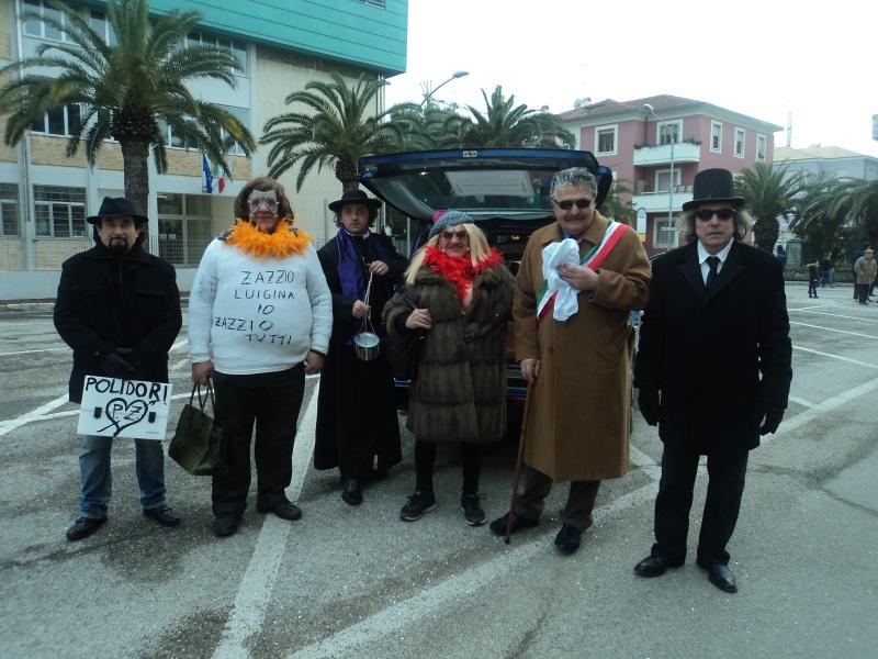 In posa per Riviera Oggi tutti i partecipanti del divertente sketch che prende di mira il comune di San Benedetto