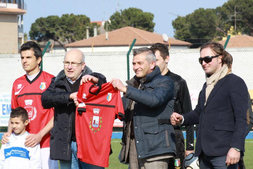 la consegna al sindaco Camaioni della maglia celebrativa