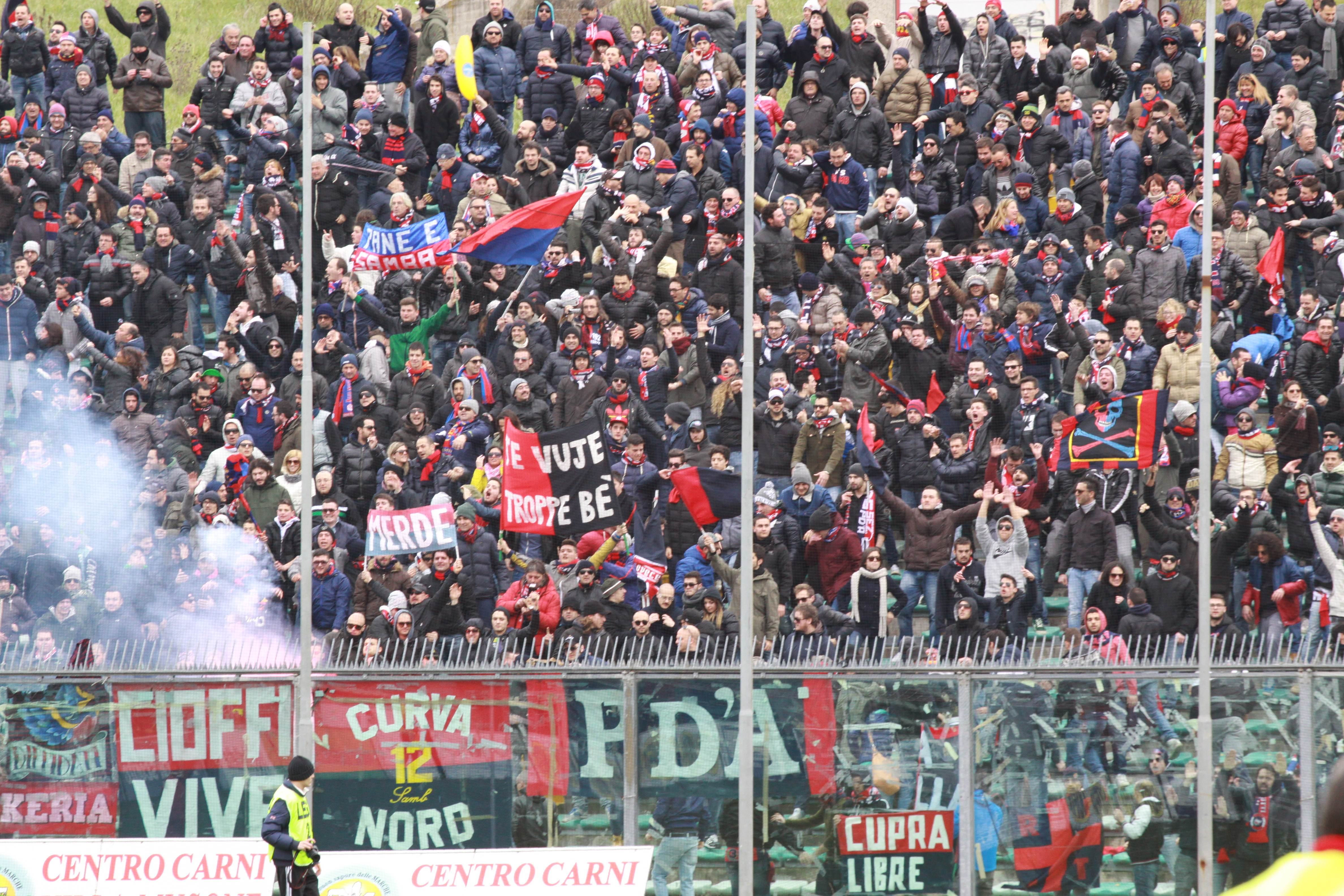 Tifosi rossoblu in trasferta (foto Matteo Bianchini)