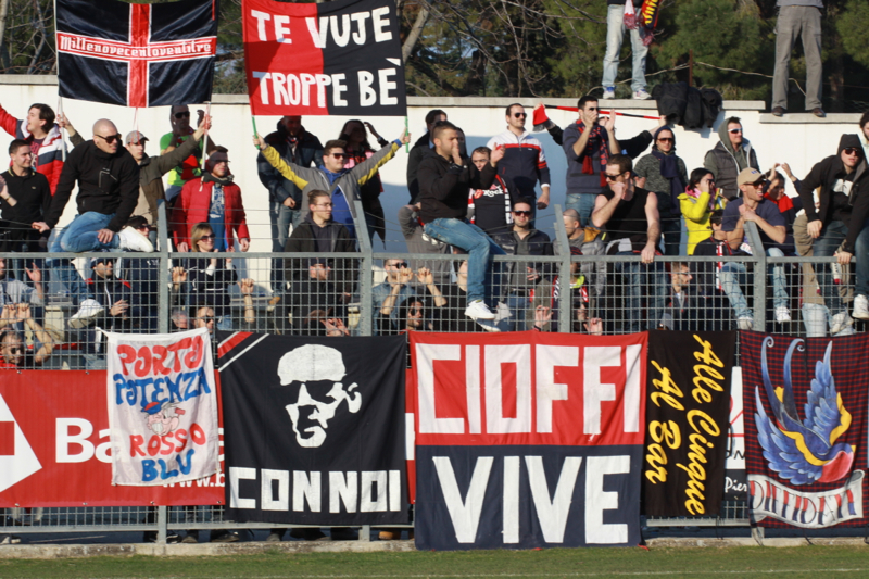 Tifosi rossoblu (foto Matteo Bianchini)