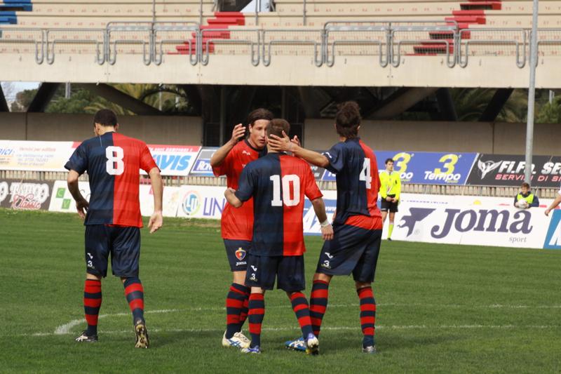 Samb-Celano (3-0), festeggiamenti dopo il primo gol. Foto Bianchini
