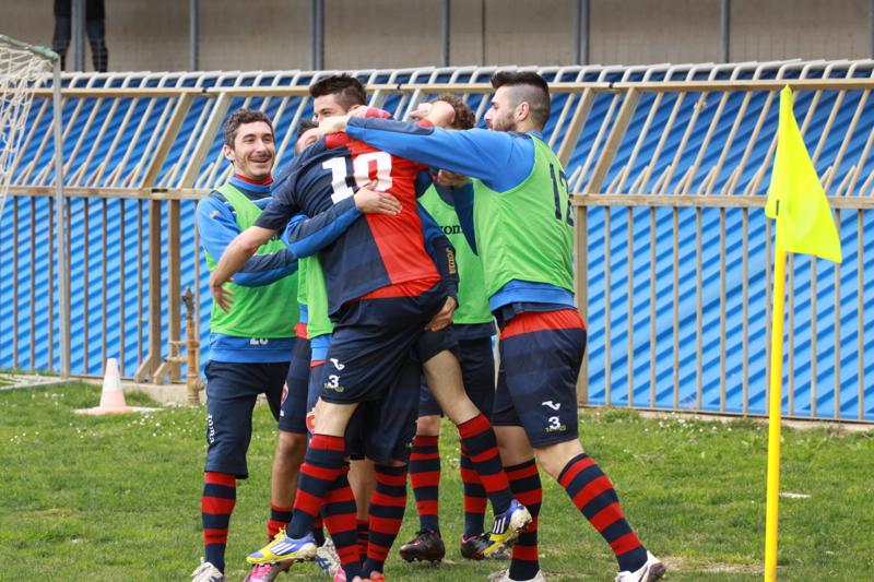 Samb-Celano (3-0), Forgione festeggiato dai compagni dopo la doppietta. Foto Bianchini