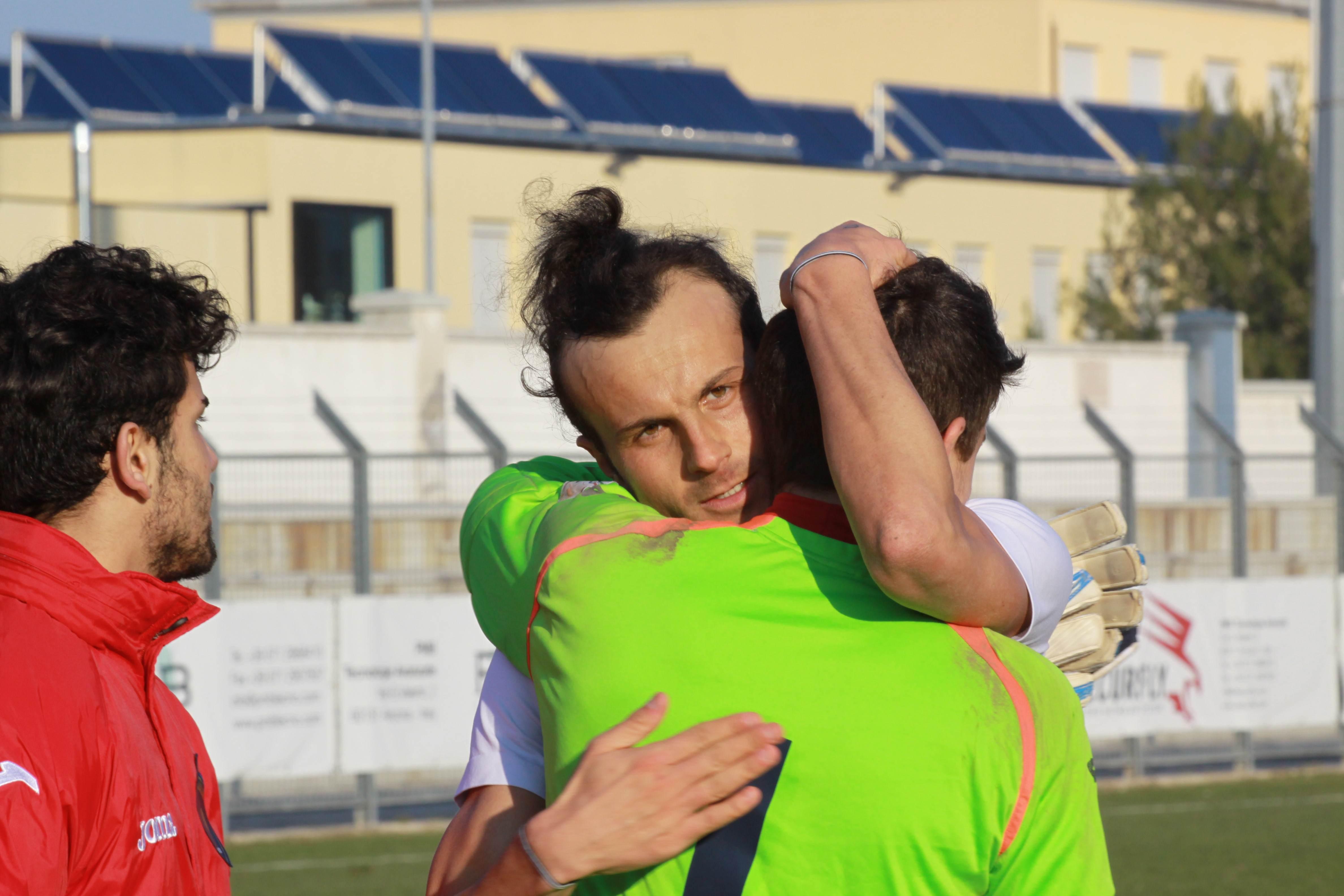 L'abbraccio di fine gara tra Ianni e Barbetta