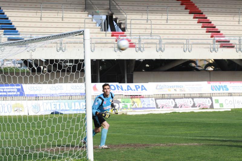 Il pallone deviato di testa da Puglia sfiora l'incrocio dei pali
