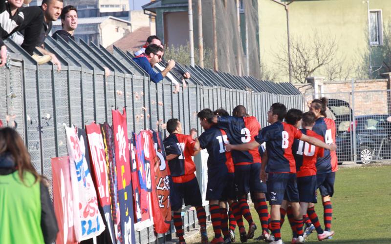 Tifosi della Samb festeggiano con i giocatori per il gol di Pazzi (ph. Bianchini)