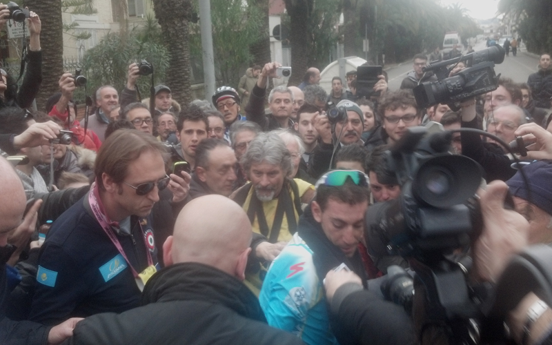 Vincenzo Nibali vince la Tirreno-Adriatico, giornalisti e tifosi subito dopo l'arrivo