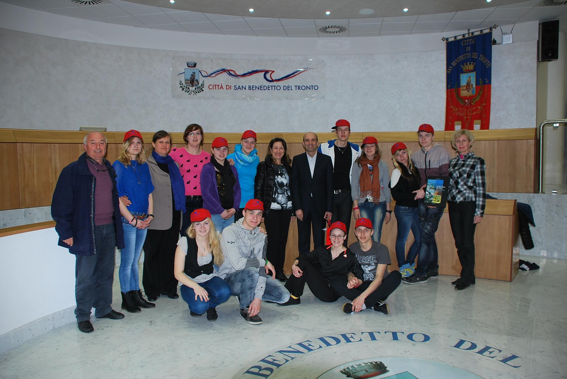 Il gruppo di studenti lituani in sala consiliare