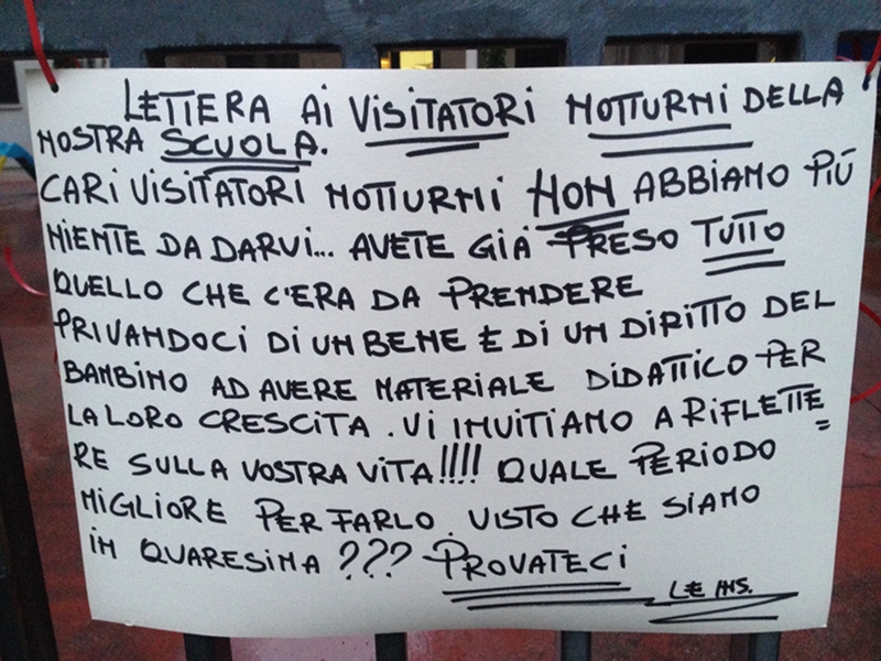 il cartello all'ingresso della scuola materna