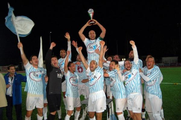 Capitan Angelini alza la Coppa insieme alla squadra la scorsa stagione
